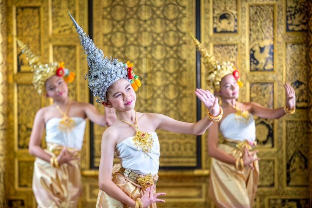 Tajski tradycyjny strój. young kid actors wykonuje tajski taniec starożytny