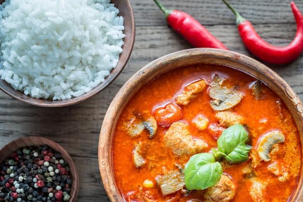 Tajskie czerwone curry z kurczaka z białym ryżem