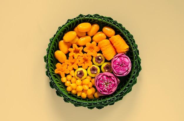 Tajskie desery ślubne na talerzu z liści bananowca lub krathong udekorowane kwiatem lotosu na tradycyjną tajską ceremonię.