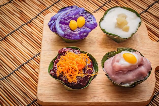Tajskie desery w liściu bananowca, jest wiele kolorowych.