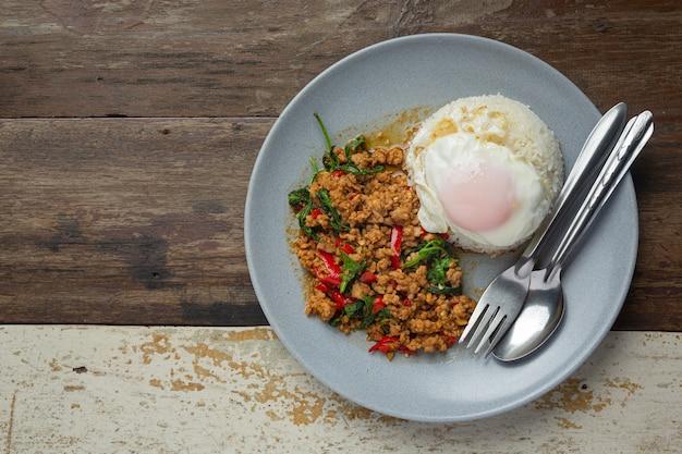 Tajskie jedzenie; bazylia mielona wieprzowina z ryżem i jajkiem sadzonym