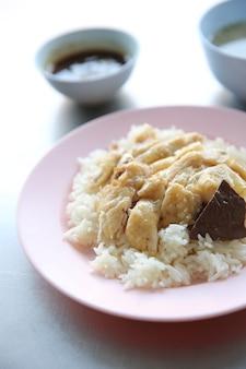 Tajskie jedzenie dla smakoszy kurczaka na parze z ryżem, khao mun kai w tle drewna