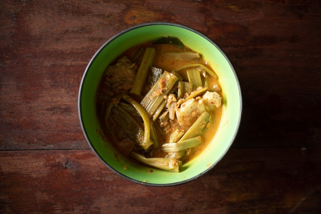 Tajskie jedzenie kaeng the po lub tajskie curry z wieprzowiną z poranną chwałą?