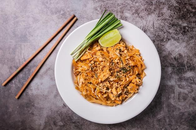 Tajskie jedzenie, kluski padthai w naczyniu
