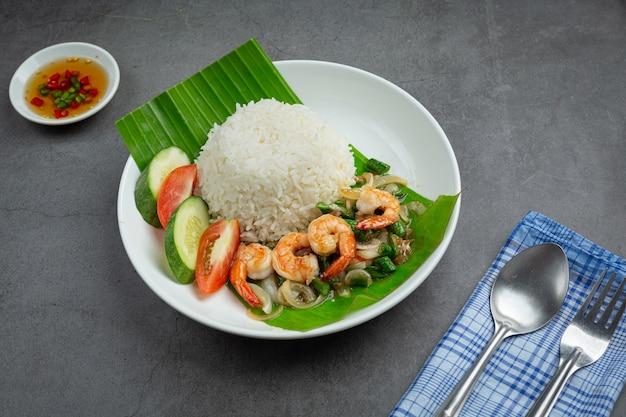 Tajskie jedzenie; krewetki i kalmary smażone z długą fasolą i ryżem.