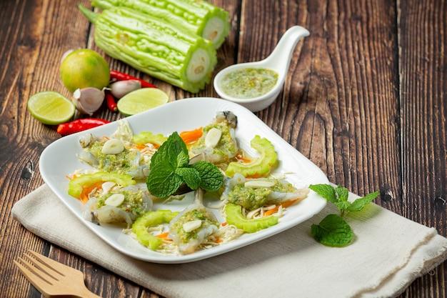 Tajskie jedzenie; krewetki w pikantnym sosie rybnym