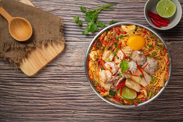 Tajskie jedzenie. makaron pikantny gotować z owocami morza i wieprzowiną w gorącym garnku