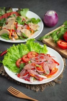Tajskie jedzenie; mieszana pikantna kwaśna sałatka wieprzowa lub yum nam