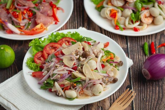 Tajskie jedzenie; mieszana pikantna sałatka z kiełbasy wieprzowej z makaronem wermiszelowym