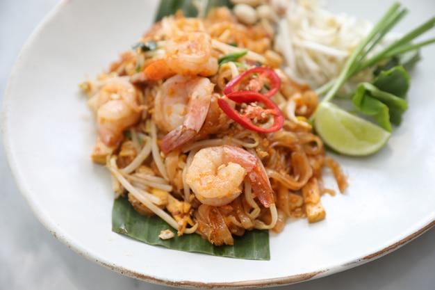 Tajskie jedzenie padthai smażony makaron z krewetkami
