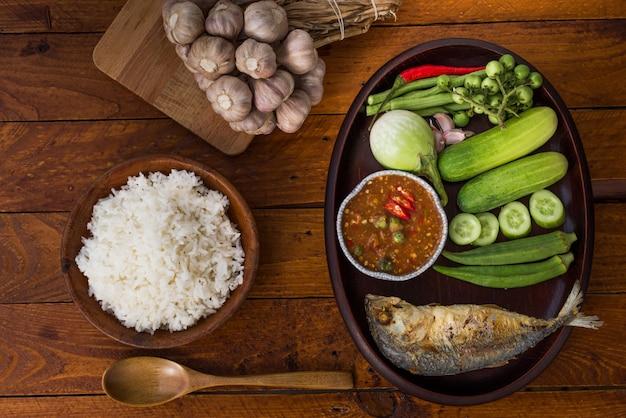 Tajskie jedzenie, pasta z krewetek ze smażoną makrelą i warzywami