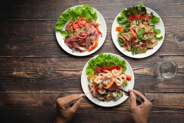 Tajskie jedzenie; pikantna mieszana sałatka z owoców morza
