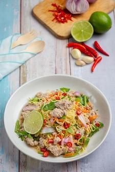 Tajskie jedzenie. pikantna sałatka z makaronem z mieloną wieprzowiną