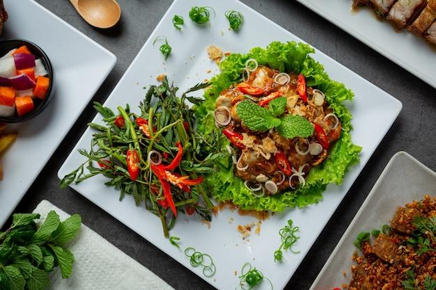 Tajskie jedzenie pikantna sałatka ze świeżych ostryg