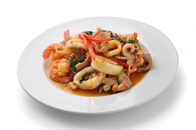 Tajskie jedzenie pikantna wieprzowina, krewetki, kalmary curry