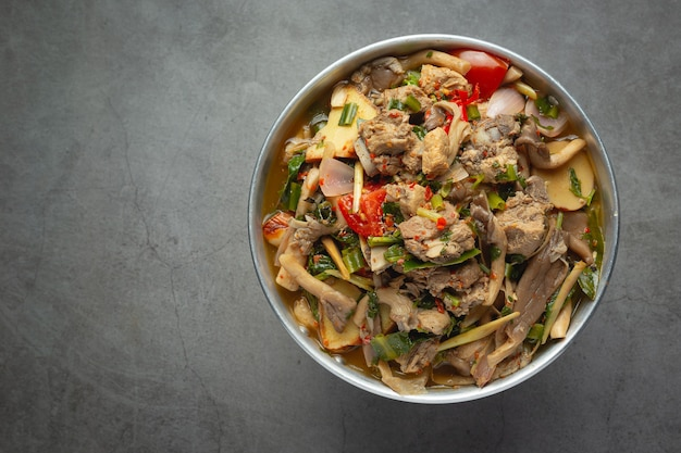Tajskie jedzenie; pikantna zupa mięsna
