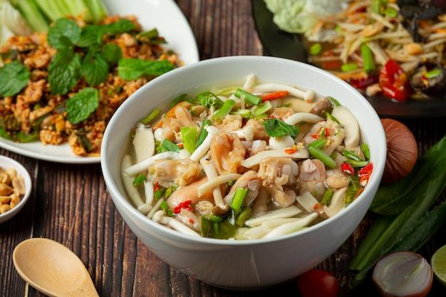 Tajskie jedzenie; pikantna zupa ze ścięgien kurczaka