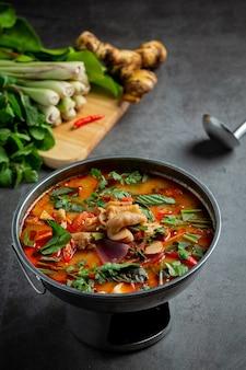 Tajskie jedzenie. pikantna zupa ze ścięgien z kurczaka.