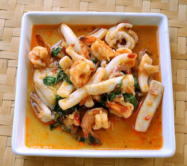 Tajskie jedzenie pikantne curry z kałamarnicy