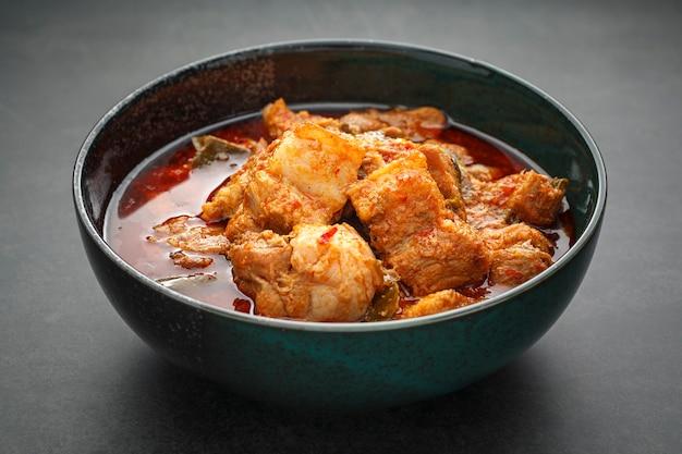 Tajskie jedzenie, słodko-kwaśno-pikantne curry wieprzowe z liśćmi cowa