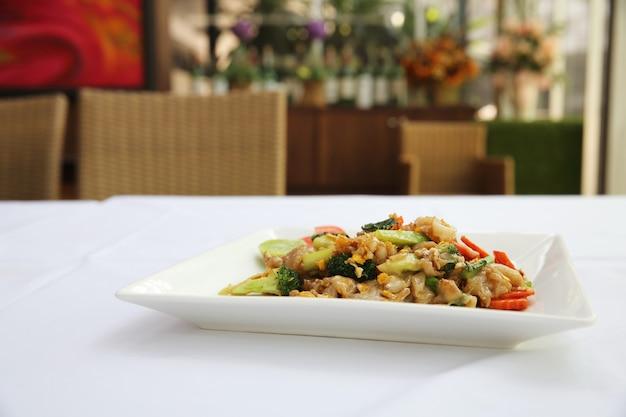Tajskie jedzenie smażony makaron z jajkiem i wieprzowiną