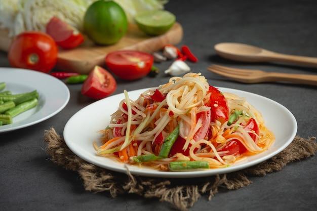 Tajskie jedzenie; som tum lub sałatka z papai
