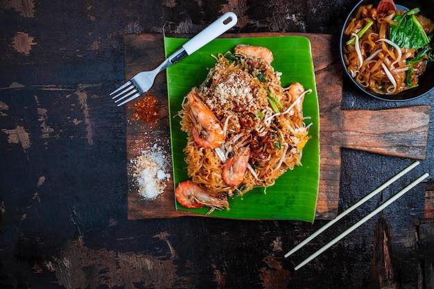Tajskie jedzenie tajski smażony makaron na drewnianym stole