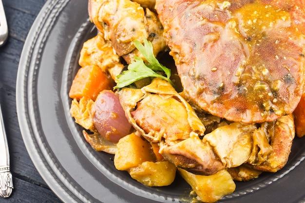 Tajskie jedzenie talerz kraba w curry