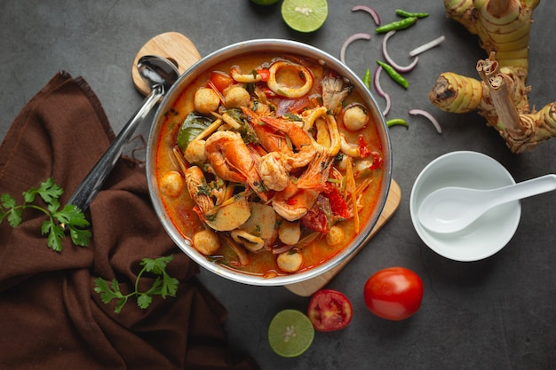 Tajskie jedzenie; tom yum owoce morza lub pikantna zupa z owoców morza