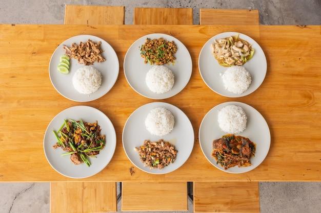 Tajskie jedzenie uliczne na drewnianym stole, widok z góry.