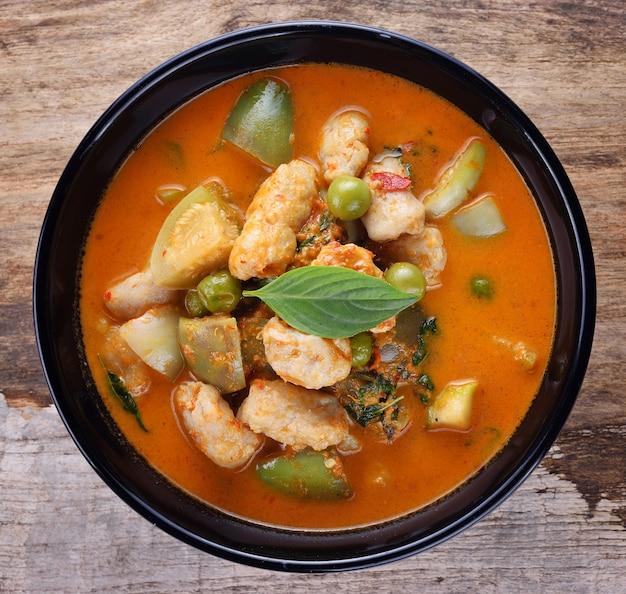 Tajskie jedzenie wieprzowe curry, kuchnia tajska