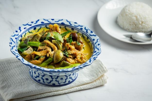 Tajskie jedzenie zielone curry z kurczaka na marmurowym tle