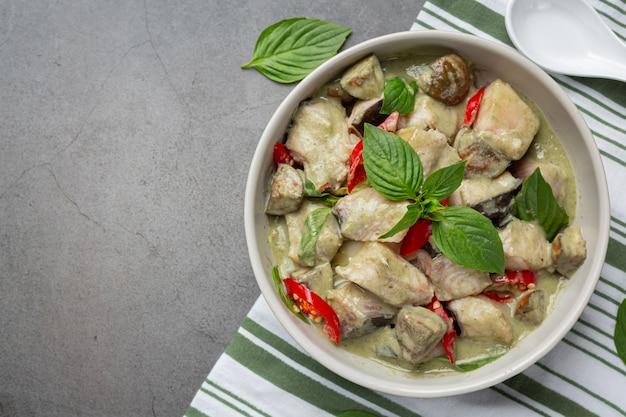 Tajskie jedzenie. zielone kokosowe curry wieprzowe z bakłażanem