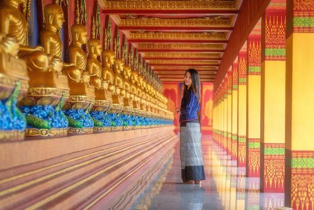 Tajskie kobiety. piękna tajlandzka dziewczyna w tradycyjnym smokingowym kostiumu przy wata uderzenia tong krabi, tajlandia.