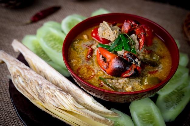 Tajskie lokalne potrawy zwane kraba polnego podawane są ze świeżymi warzywami
