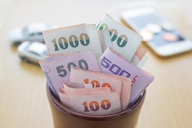 Tajskie pieniądze w słoiku