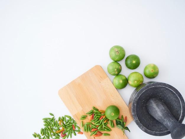 Tajskie składniki do gotowania z moździerzem, tłuczkiem.