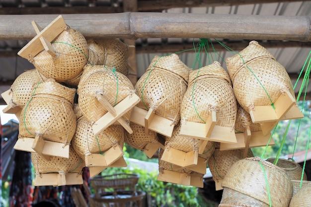 Tajskie tradycyjne pudełko na ryż nazywa się to wiklinowym pojemnikiem kratib wykonanym z bambusa, do pakowania lepkiego ryżu.