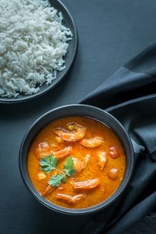 Tajskie żółte curry z owocami morza i białym ryżem