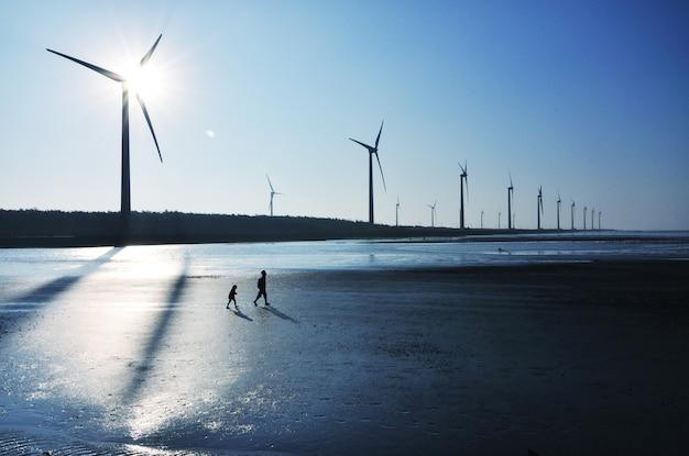 Tajwańska farma wiatrowa z naturalnym krajobrazem