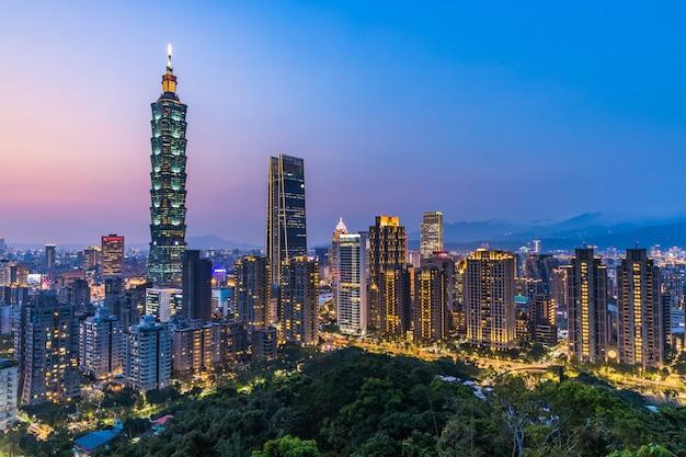 Tajwańska linia horyzontu przy zmierzchem