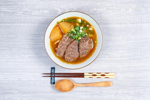 Tajwańska zupa z makaronem wołowym to danie zupy z makaronem pochodzące z tajwanu. ( widok z góry)