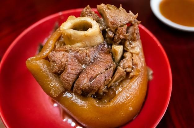 Tajwańskie duszone nóżki wieprzowe, tradycyjne jedzenie w restauracji