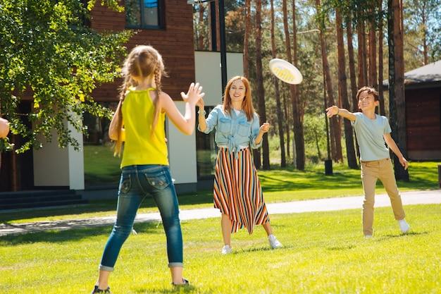Tak aktywny. wesoła młoda rodzina spędza razem czas i grając w grę