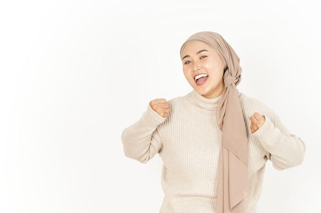 Tak gest pięknej azjatyckiej kobiety noszącej hidżab na białym tle