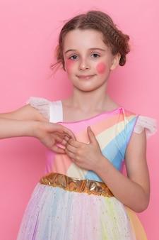 Tak słodkie, urocze i zabawne! portret pięknej słodkiej dziewczyny w jasnoniebieskiej sukience, marzy o słodyczach i ciastkach, na białym tle na jasnym różowym tle