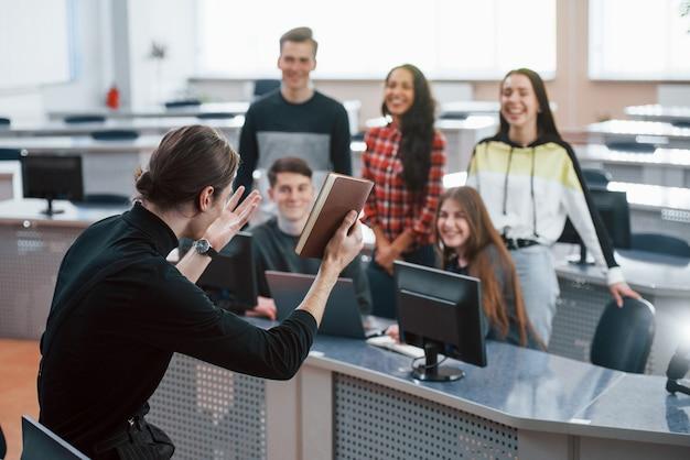 Tak to robisz. grupa młodych ludzi w ubranie pracujących w nowoczesnym biurze