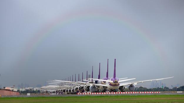 Tak wiele samolotów stoi w kolejce na pasie startowym, czekając na start. te samoloty sił powietrznych są częścią usługi zatrzymania operacji w celu transportu w sytuacji covid-19. w tajlandii