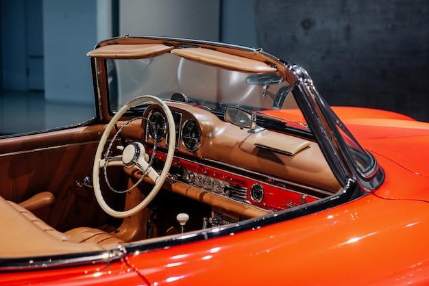 Taka cudowna rzecz. przyjrzyj się bliżej. wewnątrz drogiego zabytkowego samochodu kolekcjonerskiego.