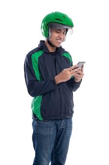 Taksówkarz online trzymając smartfon na białym tle nad białym tle
